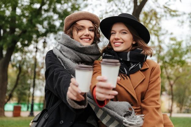 秋の服に身を包んだ2人の陽気な女の子