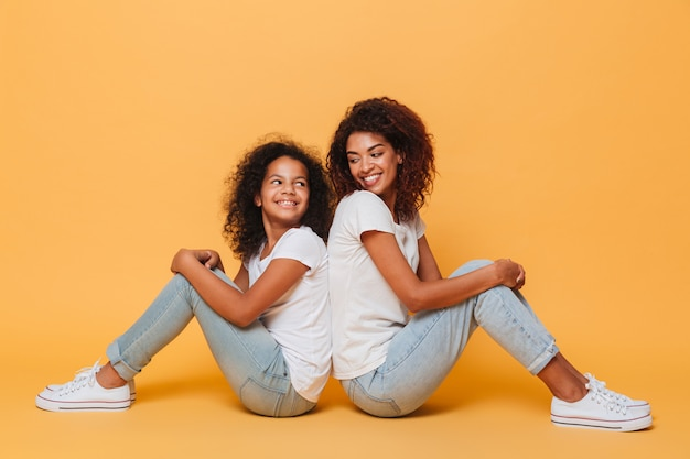 笑顔の2人のアフリカの姉妹の全長