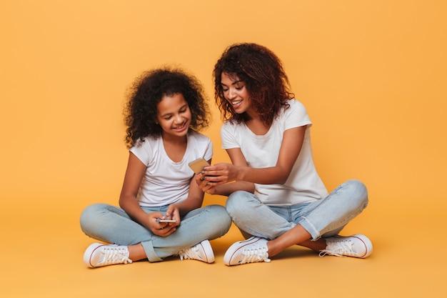 2人の幸せなアフロアメリカンの姉妹の肖像