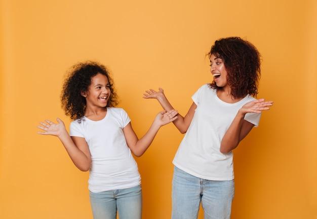 2人の満足しているアフロアメリカンの姉妹の肖像