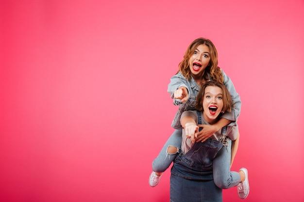 幸せな驚くほどの2人の女性の友人が楽しい時を過す