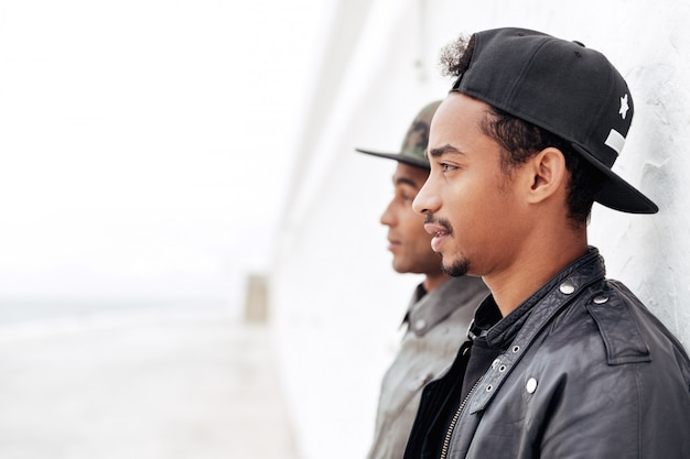 屋外に立っている2人の若いアフリカ人男性の友人