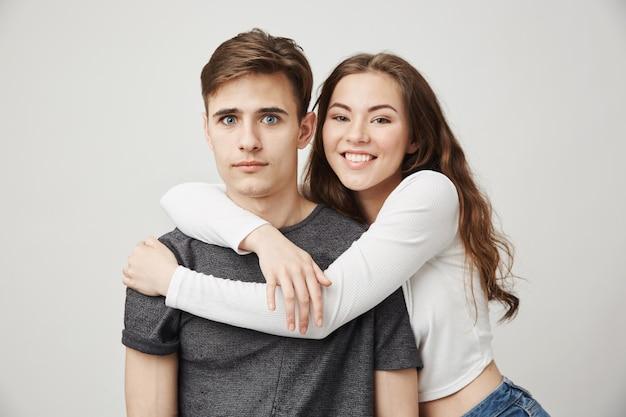 抱き締める2人の親友の写真。友情とロマンスのコンセプト