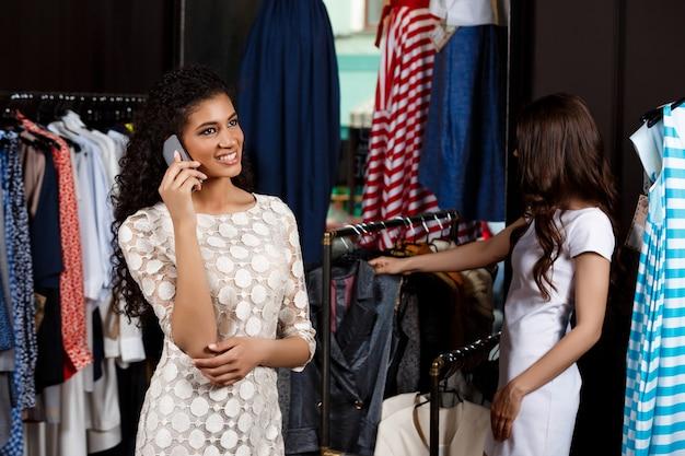 ショッピングモールで買い物をしている2人の女性
