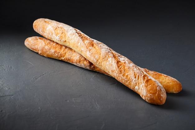 灰色の表面に2つのフランスのバゲットのクローズアップ写真