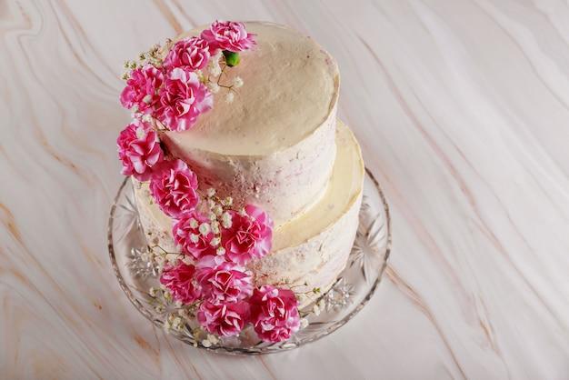 カーネーションの花と2層のウェディングクリームチーズケーキ