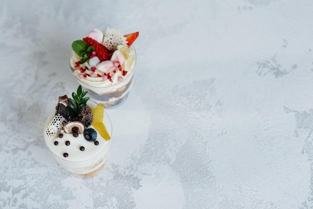 明るい空間での2つの美しく美味しいトライフルケーキのクローズアップ。デザート、健康食品。
