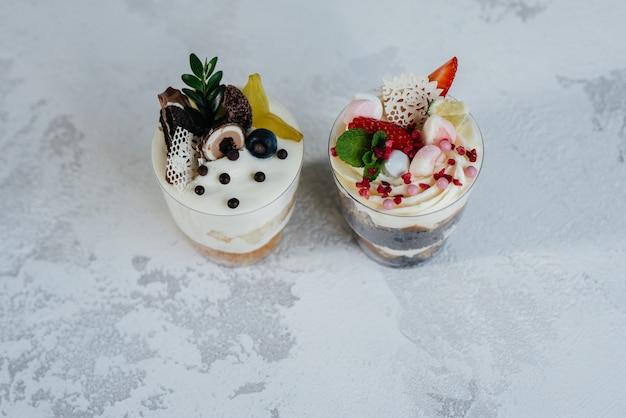 明るい背景に2つの美しく美味しいトライフルケーキのクローズアップ。デザート、健康食品。