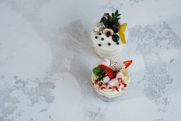 明るい背景に2つの美しく、おいしいトライフルケーキのクローズアップ。デザート、健康食品。