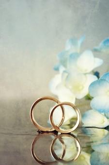 2つの結婚指輪と花