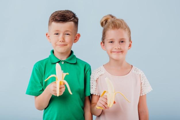 新鮮なバナナを食べる2人の子供