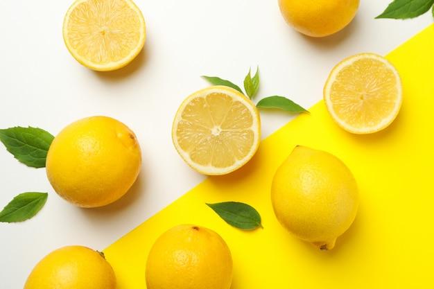 2つのトーンの表面に新鮮なレモン。熟した果物