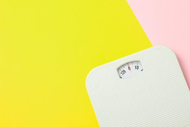 2つのトーンの背景に白の体重計、テキスト用のスペース