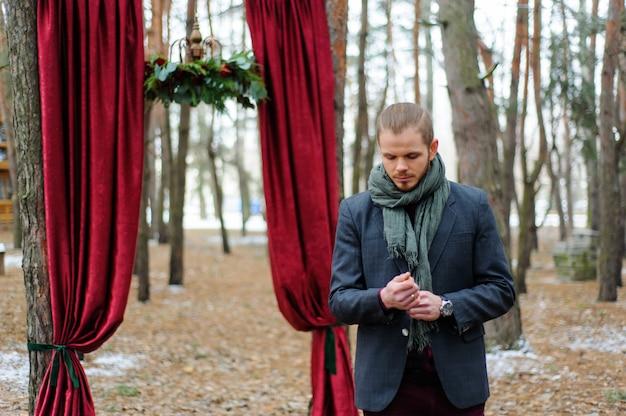 赤いアーチの近くの2人の結婚式