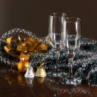 クリスマスの飾りと2つのメガネ