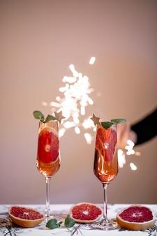 果物のスライスの横にある2つの飲み物