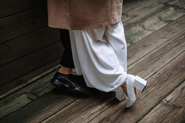 2人の恋人たちの靴のクローズアップの足