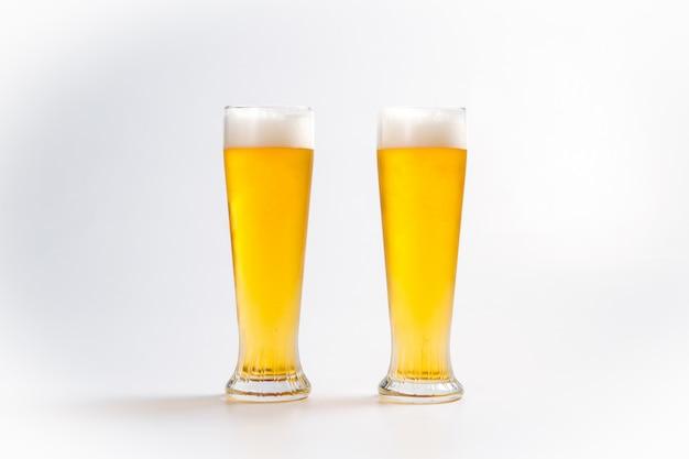 泡と2つのグラスで冷たい新鮮なビール