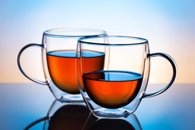 お茶付きの2つの二重壁ガラスカップ