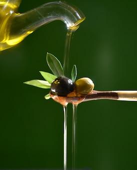 オリーブオイルは2枚のオリーブに落ちてオリーブの葉で地中海のサラダを味わいます。
