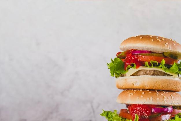 2つのおいしいハンバーガー