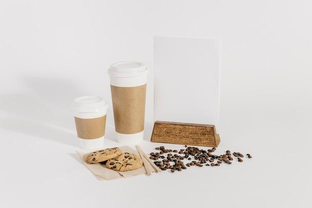 2つのコーヒーカップといくつかの豆