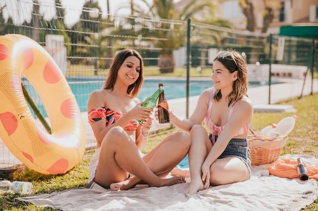 2人の女の子との友情と夏のコンセプト