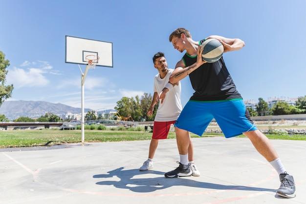 都市の裁判所で早朝に遊ぶ2人の若い男性プレーヤー