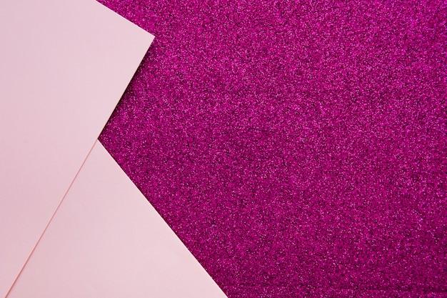 紫色の背景に2枚のピンクのボール紙