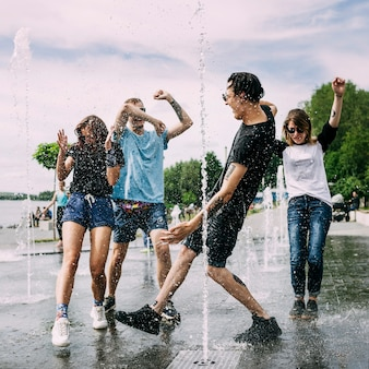 噴水の中で踊っている2つのカップル