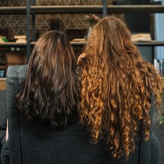 長い波状の毛を持つ2人の女性