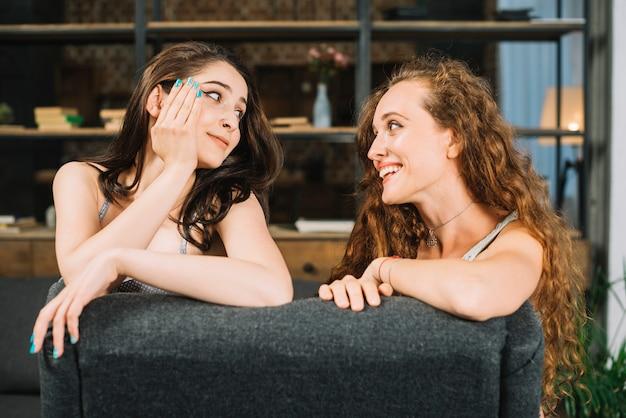 お互いを見ている2人の若い女性の友人