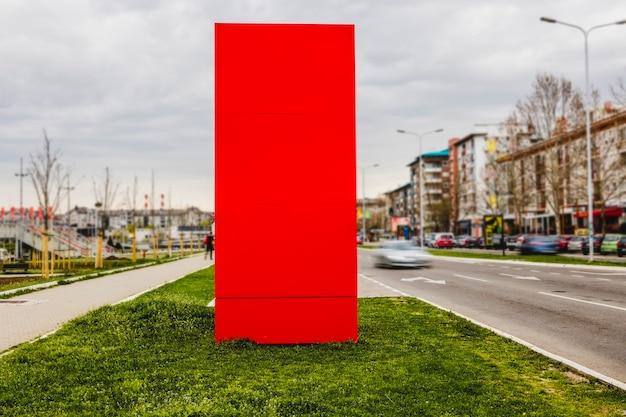 都市の2つの道路の間の空白の塗装された看板