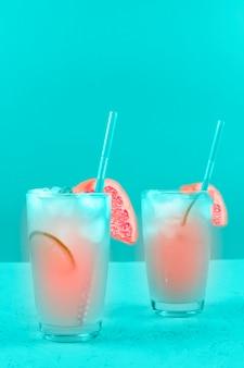 2杯のリフレッシュメントグレープフルーツフルーツミントの背景に