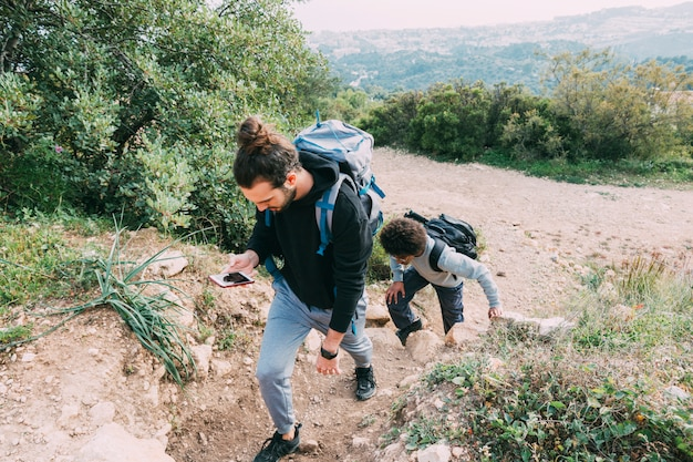 2人の友人が一緒にハイキング