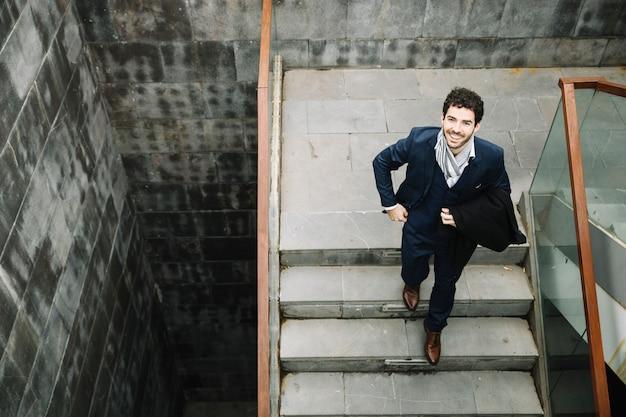 2階を歩くモダンでスタイリッシュなビジネスマン