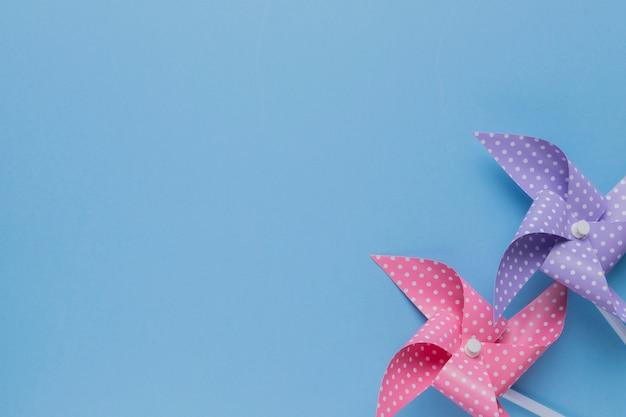 青い背景に装飾的な2つの水玉模様の風車