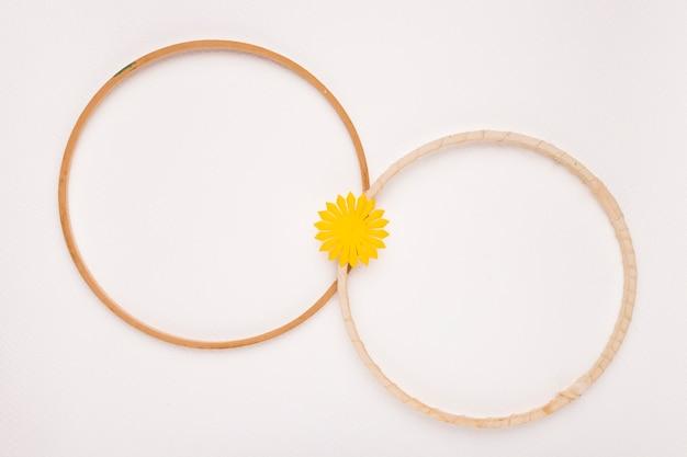 白い背景に分離された2つの木製の円形フレームに参加しました