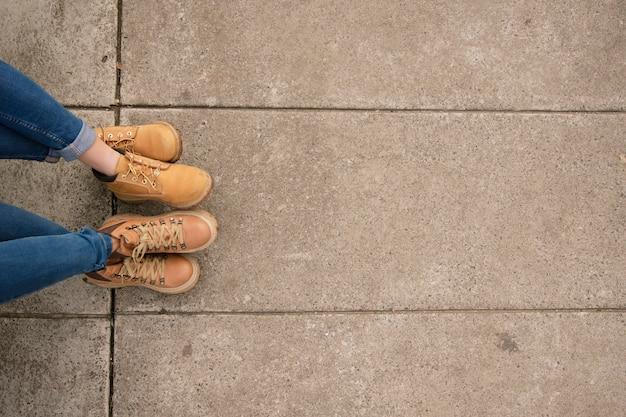 コピースペースを持つ2人の女性のブーツのクローズアップ