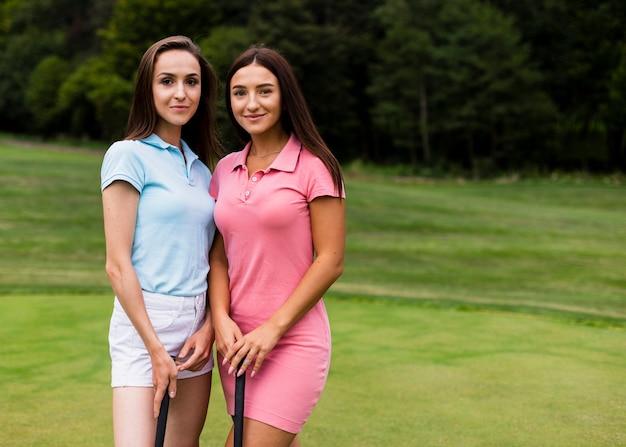 ゴルフコースの2人の若い女性
