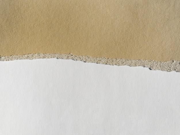引き裂かれたエッジを持つ2色の紙層