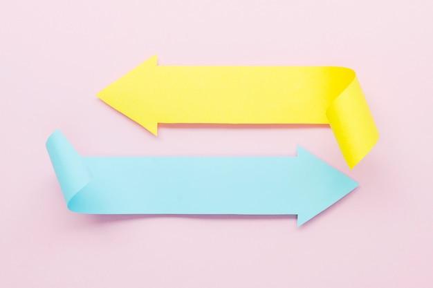 異なる方向を指す2つの色付き矢印