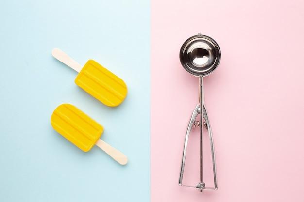 スティック上の2つのアイスクリーム