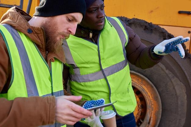 タブレットを使用する2人の鉱夫