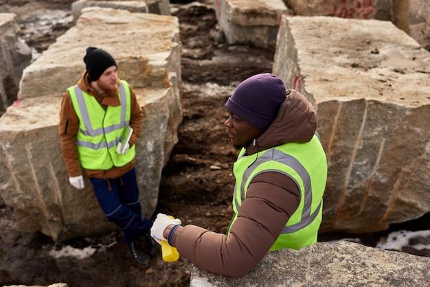 採石場で休んでいる2人の労働者