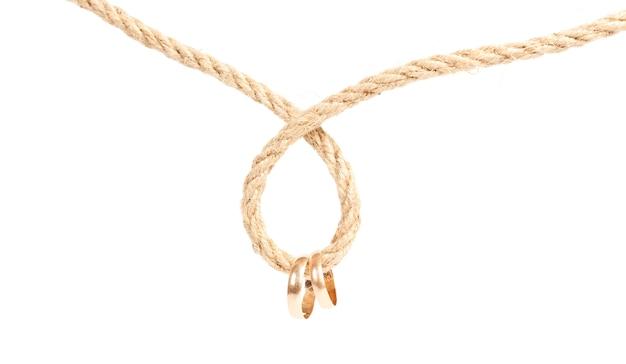 2つのゴールデンリングがロープにぶら下がっています。