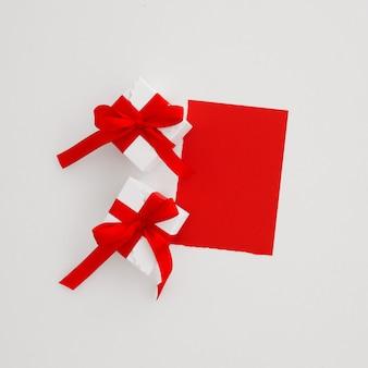 2つのギフトとクリスマスのグリーティングカード