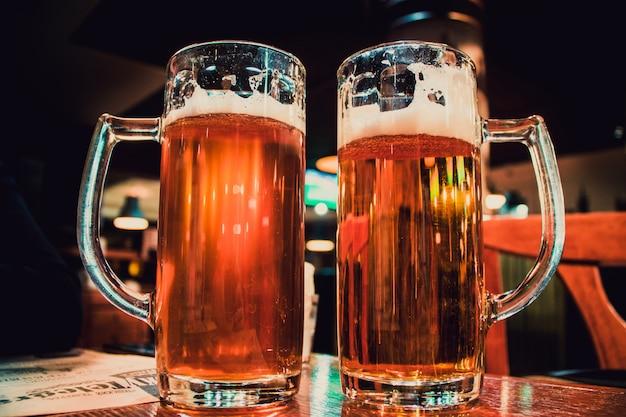 テーブルの上に2つの軽いビールがいっぱい