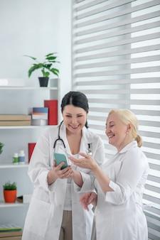 ビデオを見る。一緒にビデオを見ている白いローブの2人の医師