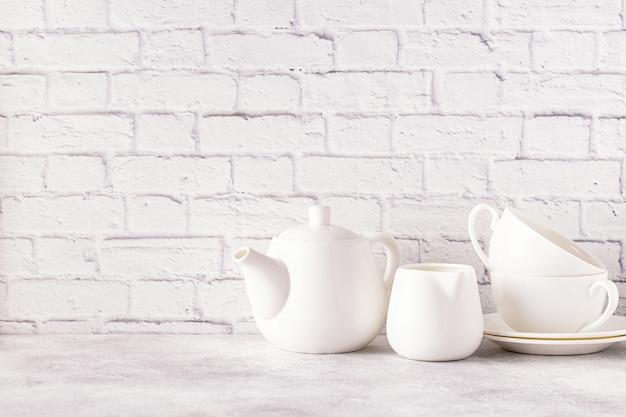 朝のお茶のための2つのカップとティーポット